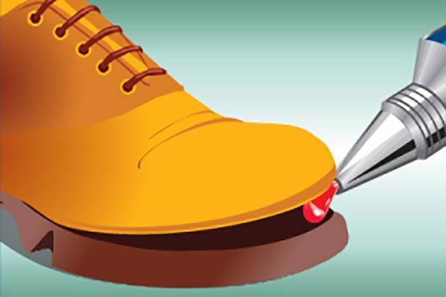 как заклеить подошву обуви