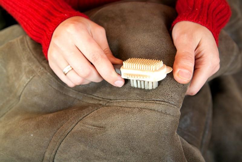 чем-убрать-пятно-с-замшевой-куртки