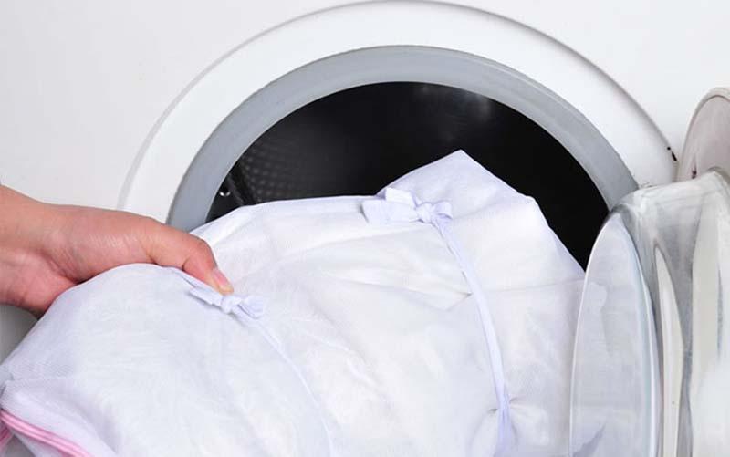 Фото: При машинной чистке лучше перетянуть изделие при помощи резинки