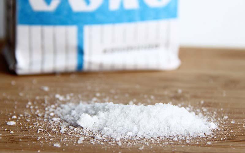 Фото: Соль помогает вернуть ткани белизну