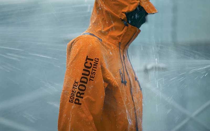 Фото: Нанесенная поверх одежды пропитка позволяет эффективно отводить воду