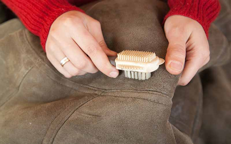 Фото: Ручная чистка замшевой куртки