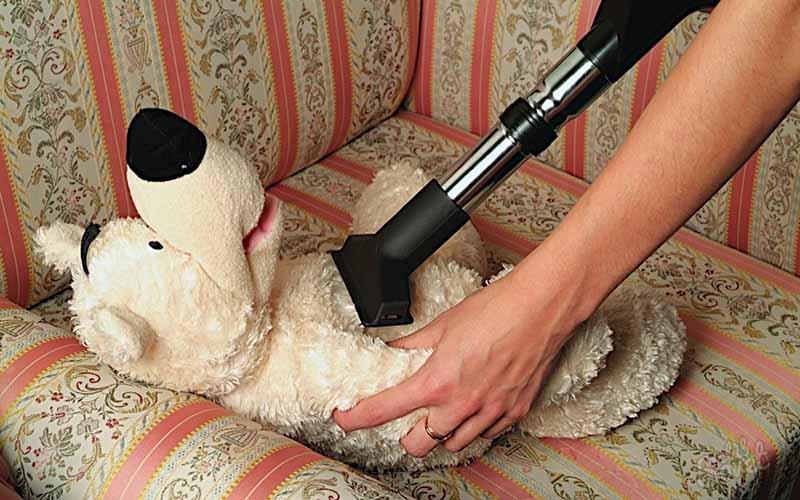 Фото: Обработка при помощи пылесоса помогает удалить пыль