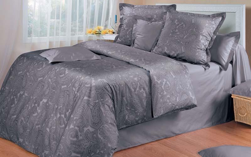 Фото: Белье из сатиновой ткани темного цвета