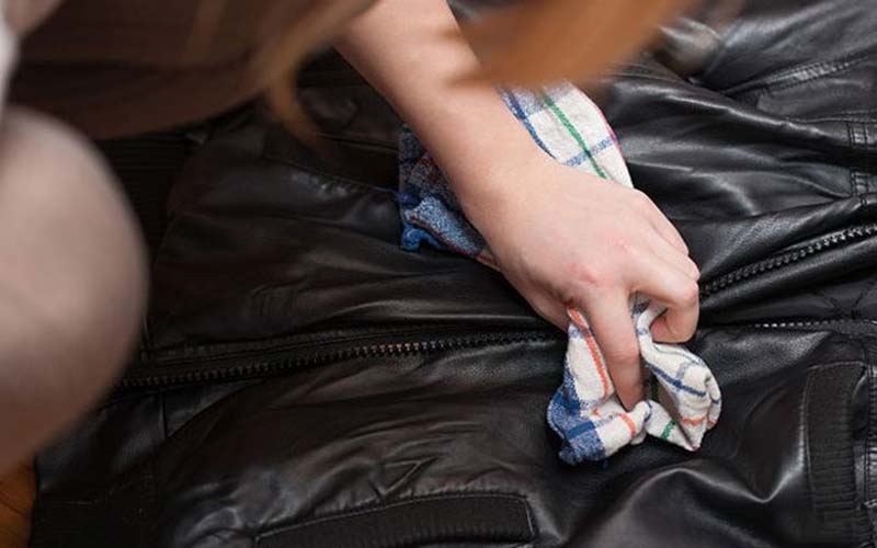 Фото: Нашатырь способен очистить большинство типов пятен