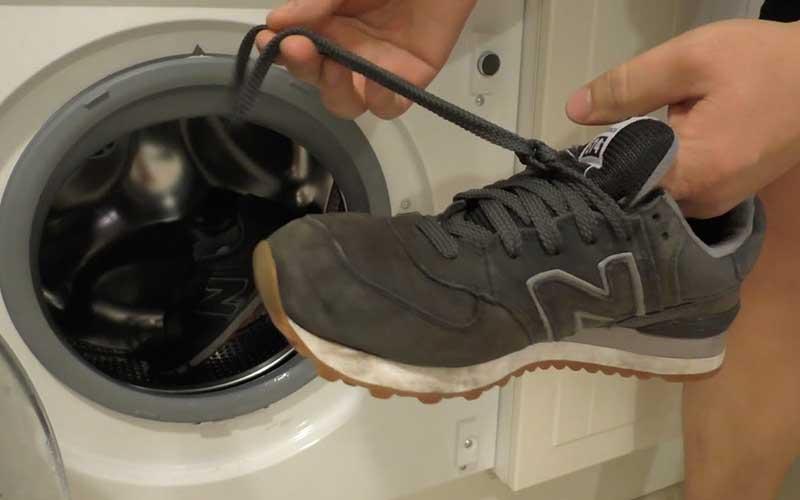 Фото: Предварительно обувь нужно почистить от грязи