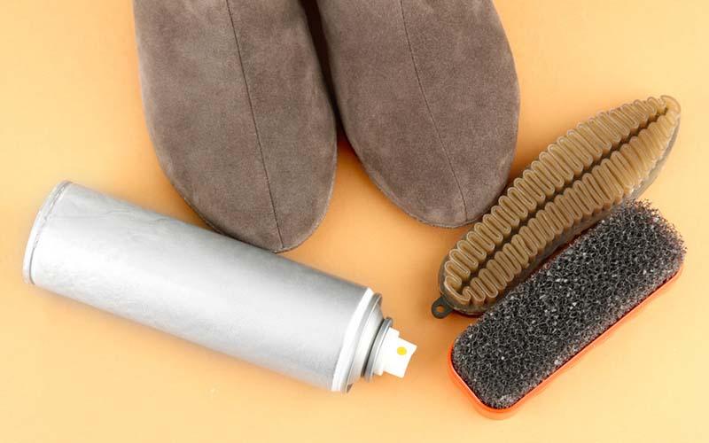 Фото: Поролоновая и резиновые щетки для чистки обуви