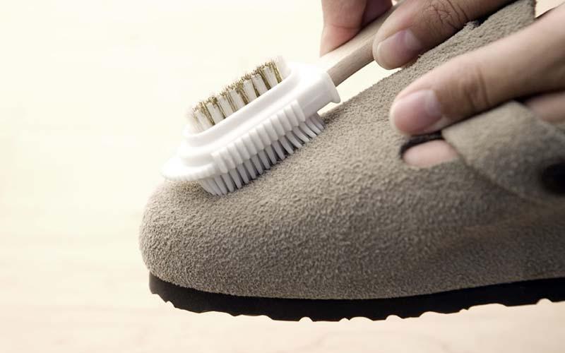 Фото: Чистка замшевых сапогов резиной щеткой