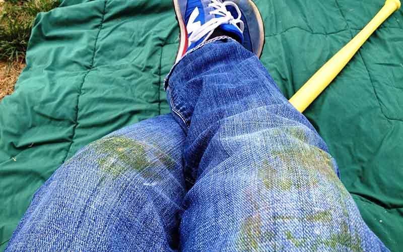 Фото: Следы от травы после высыхания очень плохо выводятся