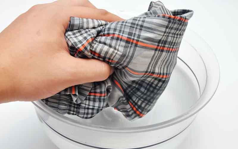 Фото: Цветные ткани обрабатываются пятновыводителем стираются в машинке