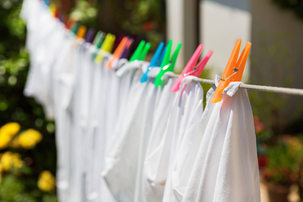 Как отстирать полинявшие вещи и восстановить цвет народными способами